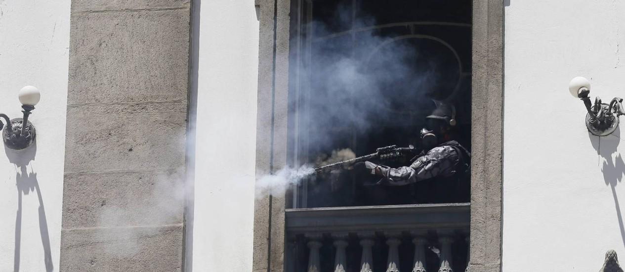 PM dispara balas de borracha contra manifestantes no Centro Foto: Pablo Jacob / Agência O Globo