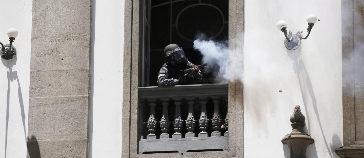 De dentro de igreja, PM dispara tiros de borracha contra manifestantes Foto: Pablo Jacob / Agência O Globo
