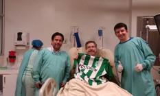Henzel recebeu camisa do Atlético Nacional de médico colombiano Foto: Reprodução/Facebook