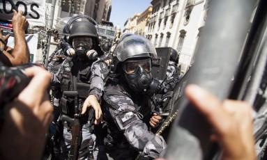 Policiais militares dispersam manifestantes nas cercanias da Alerj durante votação do pacote de ajuste do governo Foto: Hermes de Paula / Agência O Globo