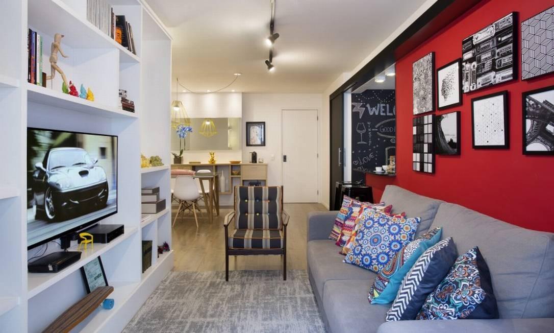Um visão geral da área social com o living, a cozinha aberta e a sala de jantar Foto: MCA Studio / Divulgação