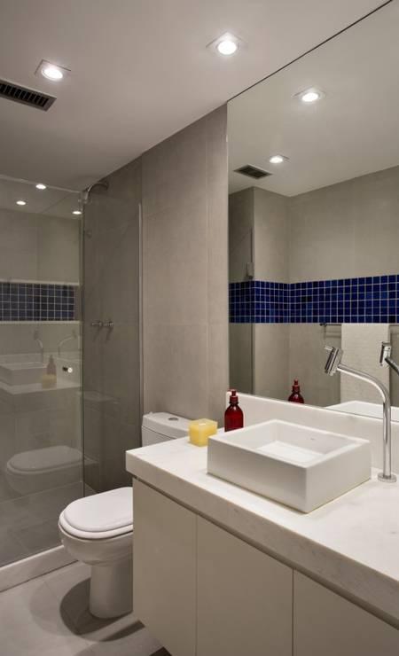 Os banheiros foram reformados e uma faixa de pastilhas de vidro colorido circundam as paredes Foto: MCA Studio / Divulgação