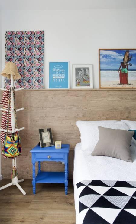 Mesinha colorida, reciclada, dá alegria ao quarto principal Foto: MCA Studio / Divulgação
