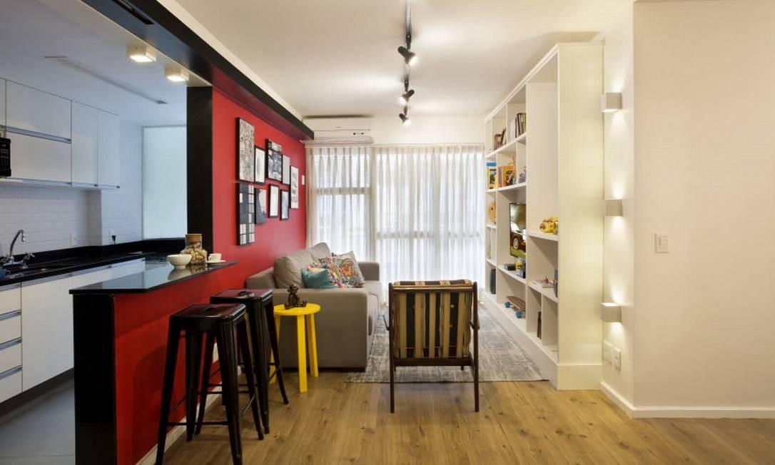 A cozinha aberta é um charme extra e não briga com o living colorido Foto: MCA Studio / Divulgação