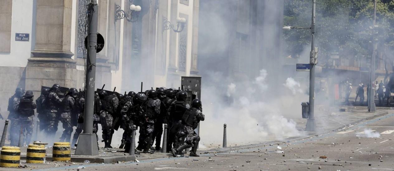 Policiais do Batalhão de Choque durante protesto nas imediações da Alerj Foto: Domingos Peixoto / Agência O Globo