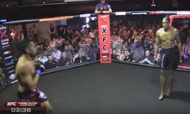 Diante do adversário James Vake, Michael McDaniel (de calçao preto) desmaia no ringue: ele teve um apagão no meio da luta de MMA Foto: Reprodução de vídeo