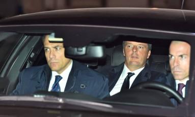 Ao fundo do carro, Renzi chega para visita final ao Palácio do Quirinal enquanto premier Foto: VINCENZO PINTO / AFP