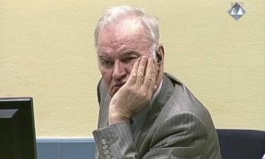 General Ratko Mladic observa julgamento em Haia Foto: AP