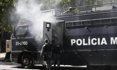 Policiais desembarcam de blindado que ficou tomado por gás lacrimogêneo Foto: Pablo Jacob/06-12-2016
