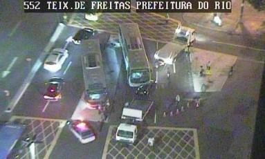 Batida na Rua Teixeira de Freitas, no Centro Foto: Reprodução/Twitter do Centro de Operaçãoes