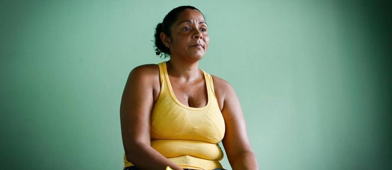 Tristeza. Teresinha só dorme parte da noite e não esquece as imagens do filho baleado Foto: Pablo Jacob / Agência O Globo