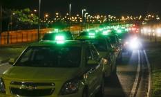 Taxistas seguem em direção ao Aeroporto Internacional do Rio Foto: Guito Moreto / Agência O Globo