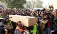 Caixões que contêm os restos das vítimas do acidente de avião da Pakistan International Airlines (PIA) são transportados para o necrotério no hospital PIMS em Islamabad Foto: CAREN FIROUZ / REUTERS