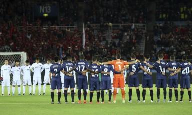Jogadores do Auckland City (de azul) e do Kashima Antlers respeitam um minuto de silêncio em memória dos mortos no acidente de avião da Chapecoense: times neozelandês e japonês abrem o Mundial de Clubes da Fifa, no Japão Foto: Shizuo Kambayashi / AP