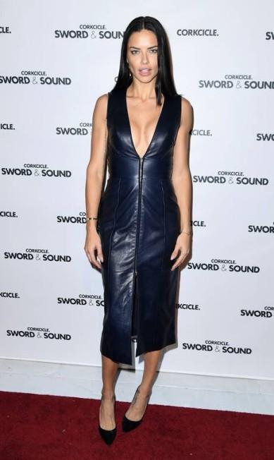 Dias depois de reinar na passarela da Victoria´s Secret, Adriana Lima voltou a brilhar - dessa vez com um look um pouco mais comportado, se não contarmos o decotão, claro. A modelo esteve em um evento em Nova York na noite da última quarta-feira ANGELA WEISS / AFP