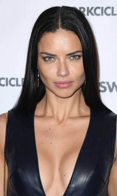 O decote de Adriana Lima dominou os flashes ANGELA WEISS / AFP