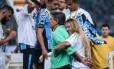 Carol Portaluppi abraça o pai, Renato Gaúcho, na comemoração do título da Copa do Brasil, conquistado pelo Grêmio Foto: JEFFERSON BERNARDES / AFP