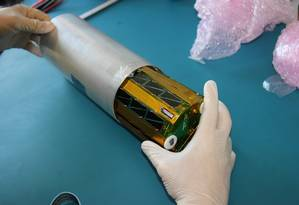O UbatubaSat mede 13 centímetros e pesa pouco mais de 700 gramas Foto: Cândido Moura