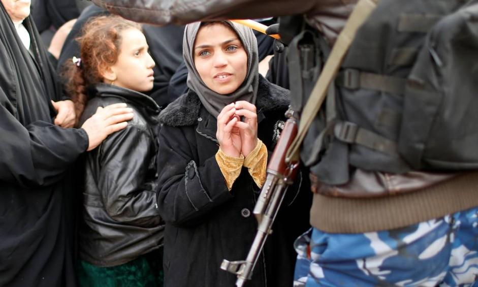 Iraquianos esperam para receber alimentos da ONU no distrito de Zahra, ao leste de Mossul Foto: AHMED JADALLAH / REUTERS