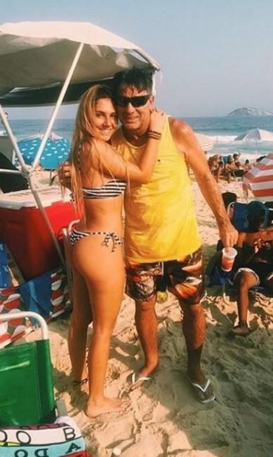 Com o pai na Praia de Ipanema: orgulho de ser filha de Renato Gaúcho Reprodução