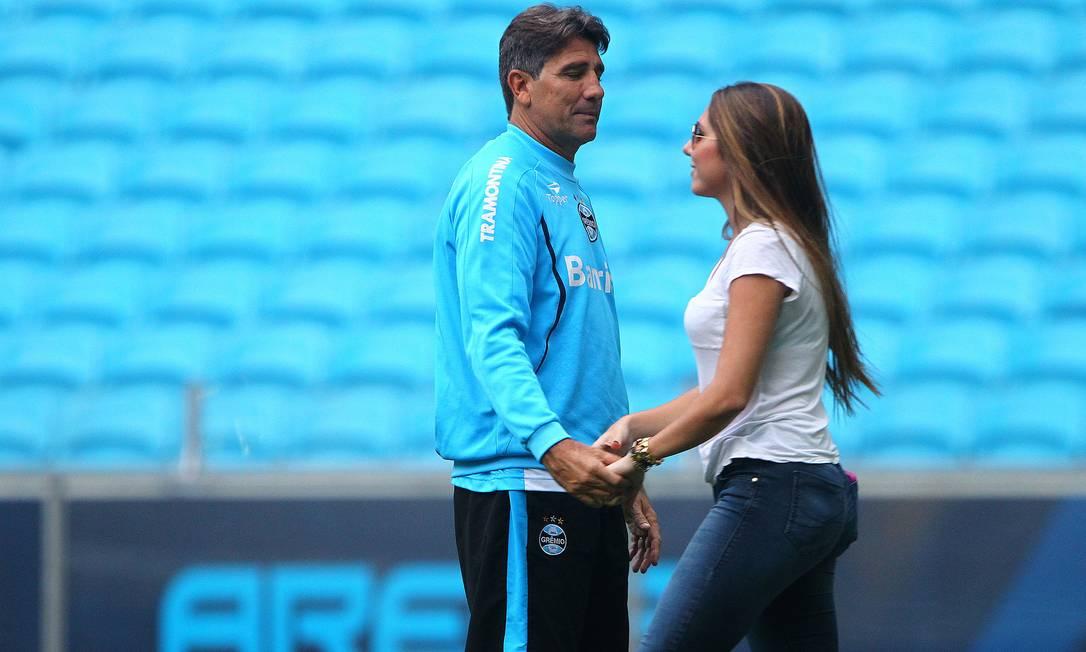 No treino do Grêmio, dando moral ao papai Renato Gaúcho: repara só no olhar dele para Carol Portaluppi LUCAS UEBEL/Grêmio