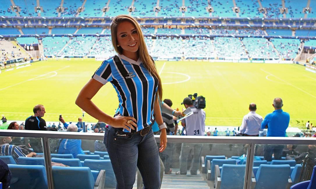 Com a camisa tricolor, Carol Portaluppi faz pose na Arena do Grêmio LUCAS UEBEL/Grêmio
