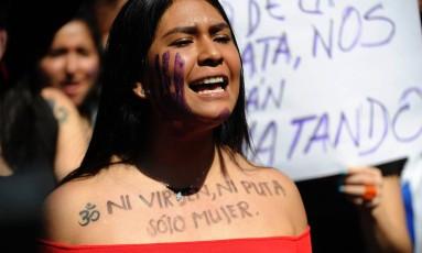 Mulher participa de uma marcha em Buenos Aires em homenagem a uma argentina de 16 anos de idade que foi estuprada e brutalmente assassinada Foto: PEDRO PARDO/19.10.2016/ / AFP