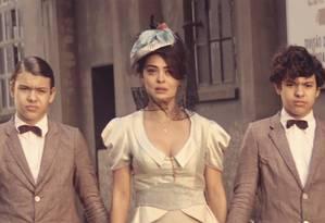 Juliana Paes, que vive Zana, com os gêmeos Lorenzo e Enrico Rocha, os irmãos Yaqtub e Omar na minissérie Foto: TV Globo/divulgação