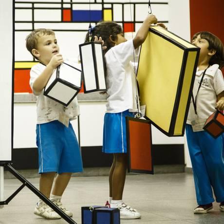 Crianças na atividade Pintura Pendula Foto: Fernando Lemos / Agência O Globo