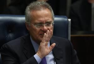 O senador Renan Calheiros (PMDB-AL) preside a sessão do Senado para discussão da PEC 55, que limita os gastos do governo Foto: Andre Coelho / Agência O Globo / 8-12-2016