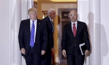 Com o vice eleito Mike Pence ao fundo, Trump e Puzder saem de reunião em mansão do presidente eleito Foto: Carolyn Kaster / AP