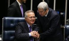 O deputado Antonio Imbassahy (PSDB-BA) cumprimenta o presidente do Senado, Renan Calheiros (PMDB-AL) Foto: Ailton de Freitas / Agência O Globo / 8-12-2016