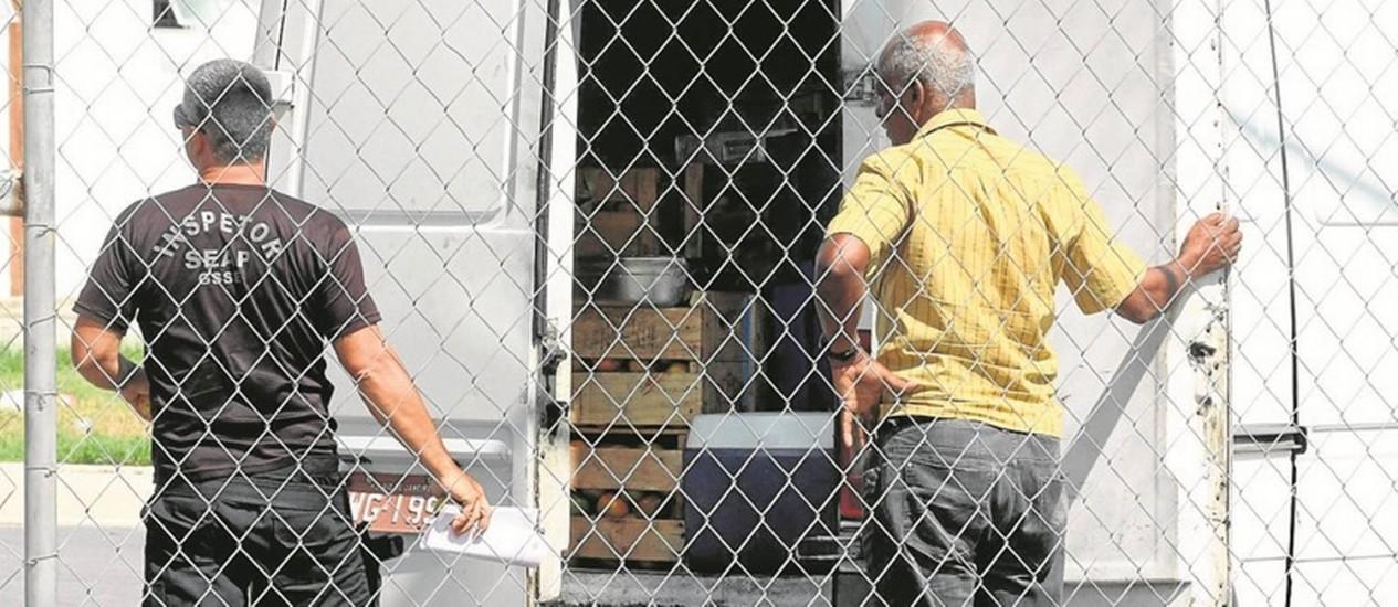 Entrega de comida em presídio: débitos fazem com que possibilidade de desabastecimento no sistema carcerário preocupe autoridades Foto: Paulo Nicolella - 26/-01/2015 / Agência O Globo