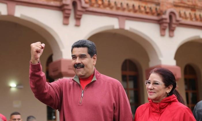 Maduro e a mulher, Cilia Flores, chegam a evento em forte militar de Caracas Foto: HANDOUT / REUTERS