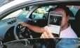 Críticas ao serviço. Motorista do Uber: usuários reclamam nas redes sociais Foto: Marcelo Theobald - 28-11-2016 / Agência O Globo