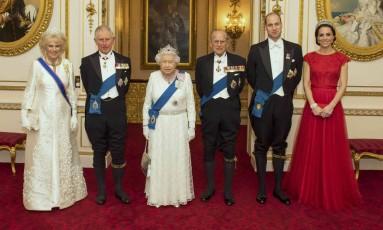 Camilla Parker-Bowles, príncipe Charles, a rainha Elizabethh II, príncipe Philip, príncipe William e Kate Middleton em recepção no palácio de Buckingham Foto: POOL / REUTERS