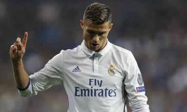 O craque português Cristiano Ronaldo gesticula durante o empate entre Real Madrid e Borussia Dortmund, pela Liga dos Campeões Foto: Francisco Seco / AP