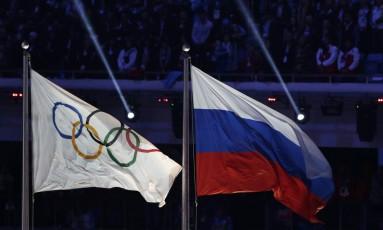 Bandeira da Rússia tremula ao lado da bandeira olímpica no encerramento dos Jogos de Inverno de Sochi, em 2014: competição ficou marcada por doping Foto: Matthias Schrader / AP