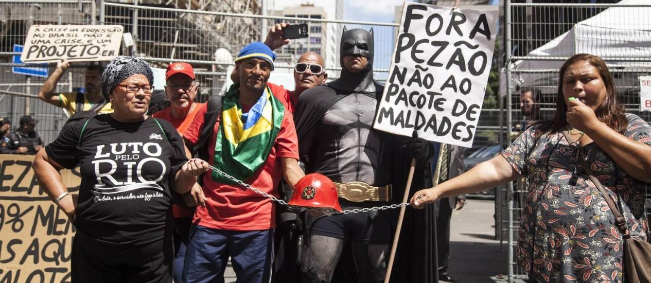 Manifestantes fazem protesto contra pacote de ajuste do governo estadual na porta lateral da Alerj em 06/12/2016 Foto: Hermes de Paula / Agência O Globo