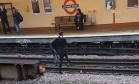 Estudante se arrisca atravessando linhas eletrificadas do metrô de Londres Foto: Divulgação