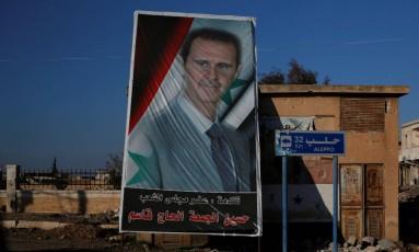 Imagem do presidente sírio, Bashar al-Assad, é exibida em bairro controlado pelo governo em Aleppo Foto: OMAR SANADIKI / REUTERS