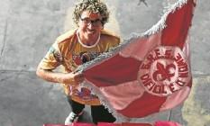 Parceria: os amigos Perrota (com a bandeira) e Gomes, o carnavalesco Foto: Mônica Imbuzeiro / Agência O Globo