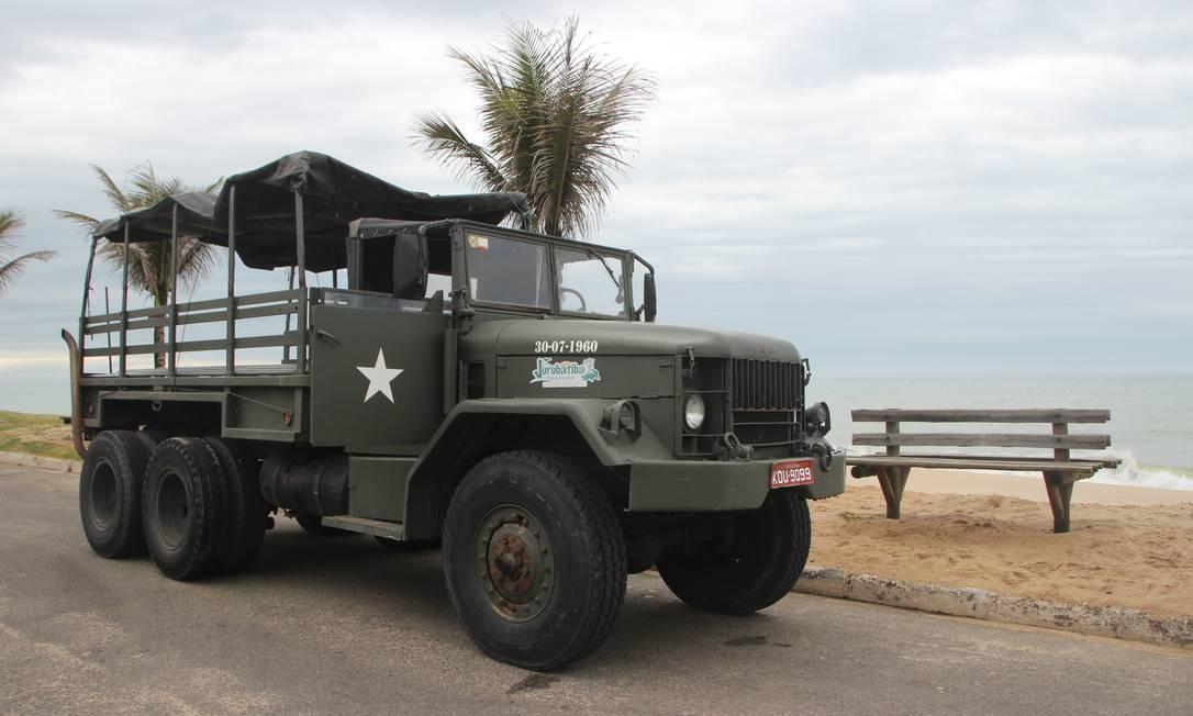 O caminhão Reo, que foi do exército canadense, agora é usado para passeios pela Restinga de Jurubatiba Foto: Eduardo Maia / O Globo