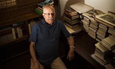 Silviano em seu escritório, em Ipanema: reflexão sobre a velhice e a solidão Foto: Bárbara Lopes / Agência O GLOBO