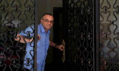"""Rua Duvivier, 49: """"Todo dia vinha gente, de todas as partes do mundo"""" diz o porteiro, Edmilson Foto: Custódio Coimbra / Agência O Globo"""