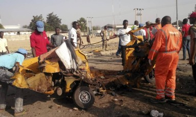 Policiais tiram destroços de explosãoi em Maiduguri Foto: Jossy Ola / AP