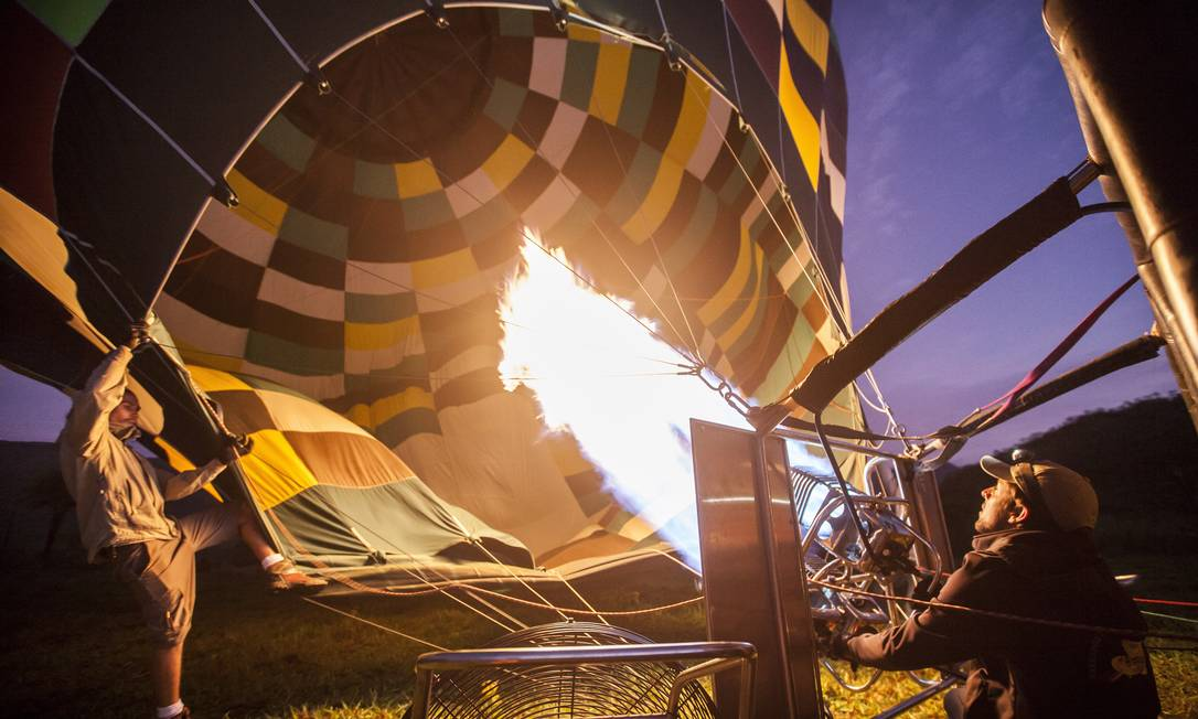 Homem prepara sobrevoo de balão pela Chapada dos Veadeiros Hermes de Paula / Agência O Globo