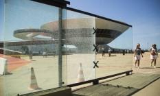 Duas placas do muro de vidro à entrada do MAC trincaram cinco meses após a reinauguração: painel custou R$ 1,3 milhão aos cofres públicos e foi instalado na reforma Foto: Bárbara Lopes / Agência O Globo