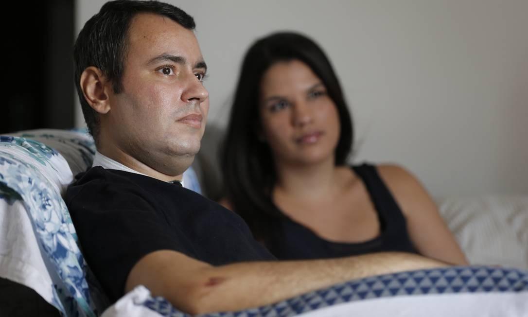 Jonas Ávila com sua mulher, Camilla: ele passou quase o ano todo no hospital Foto: Alexandre Cassiano / Agência O Globo