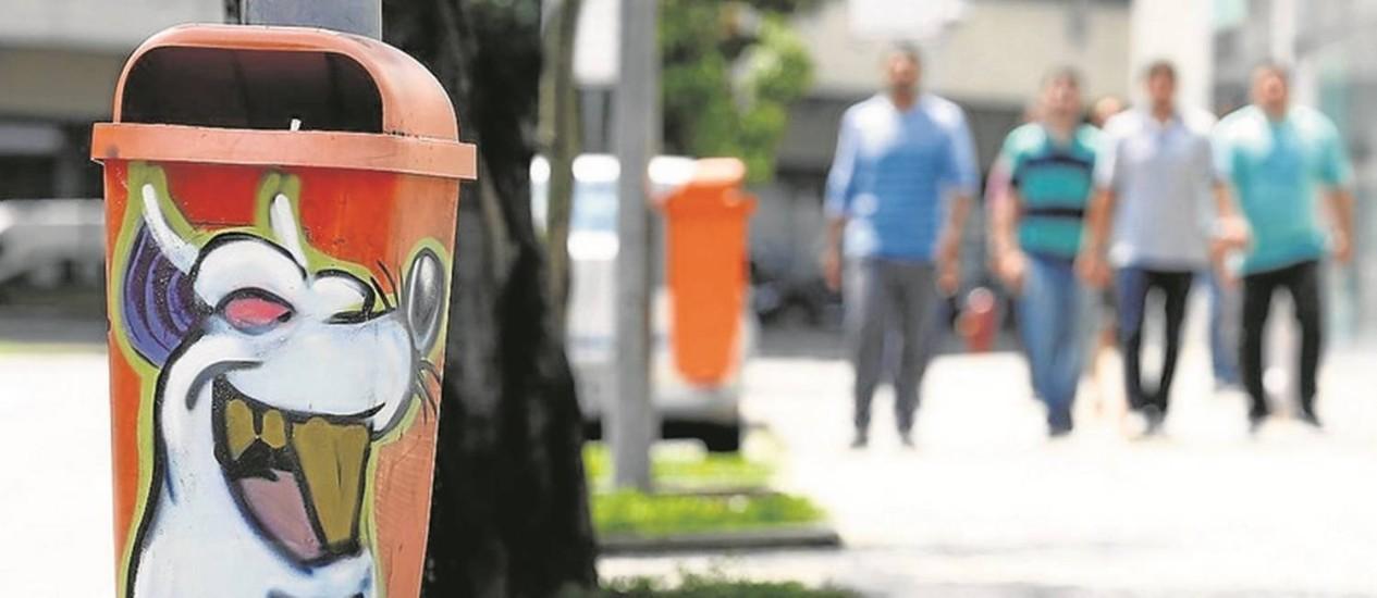 Grafite. Uma das papeleiras do projeto Lixeira Parede, na Cidade Nova: necessidade de deixar a cidade limpa Foto: Pablo Jacob